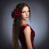Härlig ung lady som ha på sig den röda rosa klänningen Royaltyfri Foto