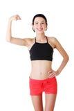 Härlig ung lady som slader på henne biceps Royaltyfria Bilder