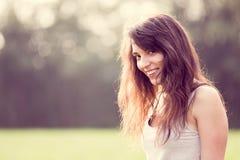 Härlig ung le kvinna med långt mörkt hår Royaltyfria Bilder