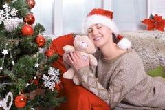 Härlig ung lycklig julkvinna Royaltyfri Bild