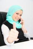 Härlig ung muslimaffärskvinna med bärbara datorn i regeringsställning Royaltyfri Foto