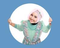 Härlig ung muslimkvinna i cirkel Royaltyfria Bilder