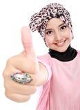 Härlig ung muslimkvinna som ger upp tummar Arkivbilder