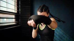 Härlig ung rörande boxningkvinnautbildning som stansar i konditionstudio lager videofilmer