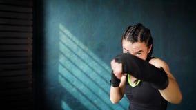 Härlig ung rörande boxningkvinnautbildning som stansar i konditionstudio arkivfilmer
