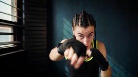 Härlig ung rörande boxningkvinnautbildning som stansar i konditionstudio stock video