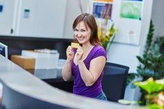Härlig ung receptionist på arbete royaltyfria foton