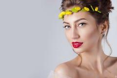 Härlig ung sexig elegant kvinna med röda kanter, härligt hår med en krans av gula rosor på huvudet med gör bar skuldror royaltyfri fotografi