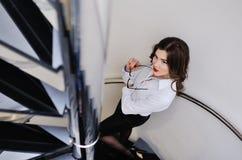 Härlig ung sexig flicka i en strikt kontorsdräkt och bärande exponeringsglas Royaltyfria Foton