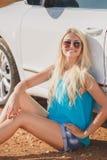 Härlig ung sexig kvinna nära en utomhus- bil Arkivbilder