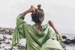 Härlig ung stilfull kvinna på stranden från bacen royaltyfri foto