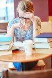 Härlig ung student med massor av böcker Arkivfoton