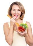 Härlig ung sund kvinna som äter en sallad. royaltyfri fotografi