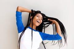 Härlig ung svart kvinna med långt flätat hår royaltyfri bild