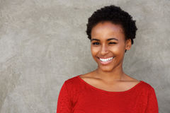 Härlig ung svart kvinna som blinkar ögat och att le Royaltyfria Bilder