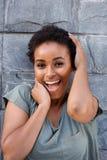 Härlig ung svart kvinna som skrattar med händer för att vända mot royaltyfri bild