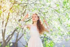 Härlig ung trädgård för girlinvårblomning royaltyfria bilder