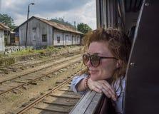 Härlig ung ukrainsk flicka som tycker om tur vid drevet arkivbilder