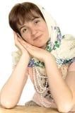 Härlig ung ukrainsk kvinna i en sjalett Royaltyfri Bild