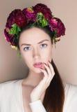 Härlig ung womanl med blommafrisyren Arkivfoton