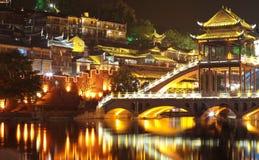 Härlig upplyst bro på den forntida staden för fenghuang Royaltyfri Bild