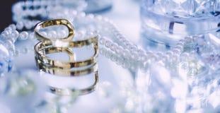 härlig uppsättning för guld-, diamant- och pärlasmycken royaltyfri foto