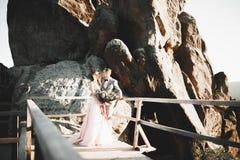 Härlig ursnygg brud som poserar för att ansa och har gyckel, lyxig ceremoni på berg med den fantastiska sikten, utrymme för text royaltyfri foto