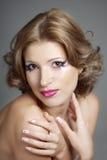 härlig ursnygg makeupkvinna Arkivfoton