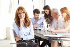 Härlig utövande affärskvinna på mötet arkivbilder