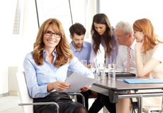 Härlig utövande affärskvinna på mötet arkivfoton