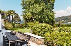 Härlig uteplats av en villa Royaltyfria Foton
