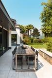 Härlig uteplats av en villa Royaltyfri Fotografi