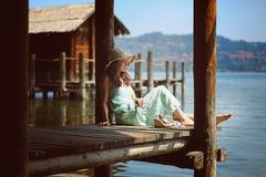 härlig utomhus- avslappnande kvinna Arkivfoto