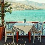 Härlig utomhus- restaurang (Crete, Grekland) Royaltyfri Foto