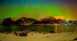 Härlig utomhus- sikt av massiva vibrerande Aurora Borealis eller Aurora Polaris, i natthimlen med lång exponeringseffekt Royaltyfria Foton