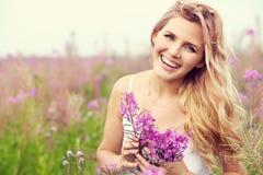 härlig utomhus- ståendekvinna Royaltyfria Bilder