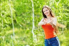 härlig utomhus- ståendekvinna royaltyfria foton