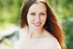härlig utomhus- ståendekvinna fotografering för bildbyråer