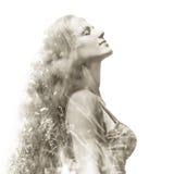 härlig utomhus- ståendekvinna arkivfoto