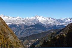 Härlig väg i de schweiziska fjällängarna fotografering för bildbyråer
