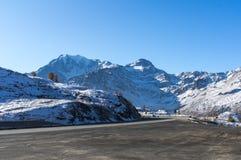 Härlig väg i de schweiziska fjällängarna royaltyfri foto