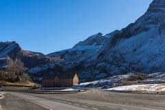 Härlig väg i de schweiziska fjällängarna royaltyfri fotografi