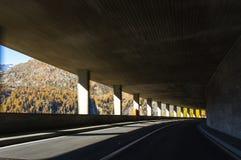 Härlig väg i de schweiziska fjällängarna i tunnelen royaltyfria bilder
