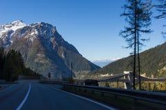 Härlig väg i de schweiziska fjällängarna i tunnelen royaltyfri foto