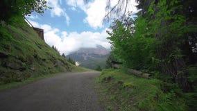 Härlig väg i träna som öppnar en härlig sikt av de steniga bergen, som når himlen lager videofilmer