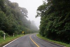 Härlig väg mellan berget arkivfoto