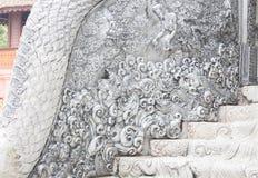 Härlig vägg av cementhemslöjd i templet Chiang Mai, Thaila Arkivbild