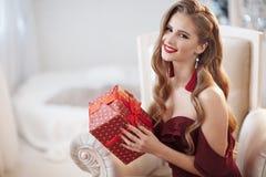 Härlig väntande på jul för ung kvinna hemma royaltyfri bild
