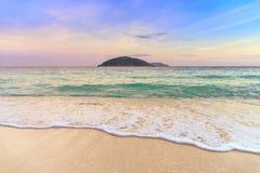 Härlig våg på den vita sandstranden på den tropiska ön Royaltyfri Bild