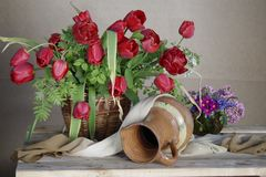 Härlig vår, blommor i korgen Arkivbilder